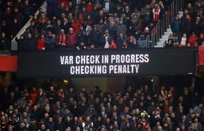 Khán giả Old Trafford bực bội vì VAR
