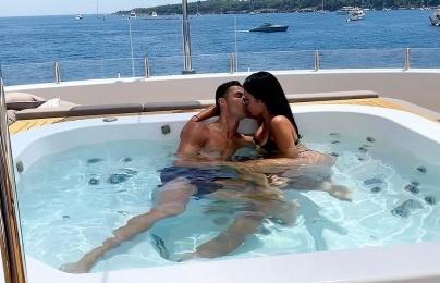 Ronaldo ôm hôn bạn gái bốc lửa đắm đuối