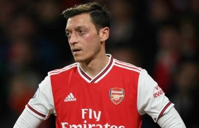 """Arsenal sẵn sàng """"biếu không"""", Ozil rộng cửa rời Emirates ngay trong tháng Một"""