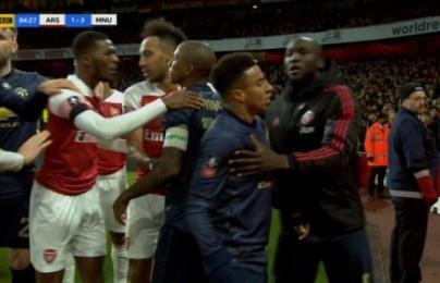 Cay cú khi thua thảm, fan Arsenal ném đồng xu khiến Lingard nổi giận