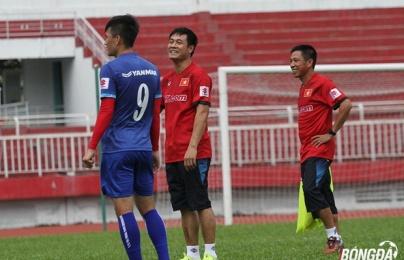 Chùm ảnh: Hữu Thắng tươi cười bên học trò ngày tập luyện đầu tiên ĐT Việt Nam