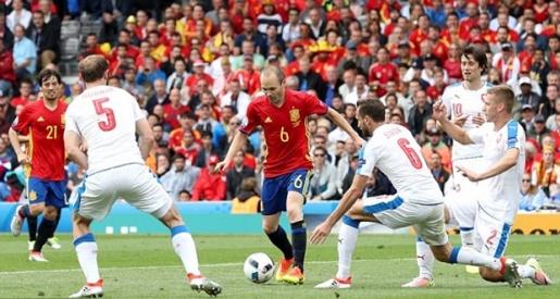 Tình huống chuyền bóng như đặt để Pique ghi bàn là kết tinh của tất cả phẩm chất thiên tài trong Iniesta. Ảnh: Internet.