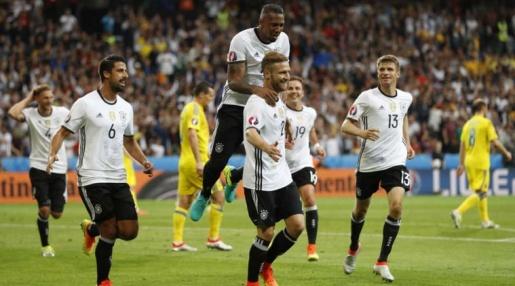 Đức đã chứng tỏ bản lĩnh của nhà ĐKVĐ thế giới sau chiến thắng 2-0 trước Ukraine. Ảnh: Internet.