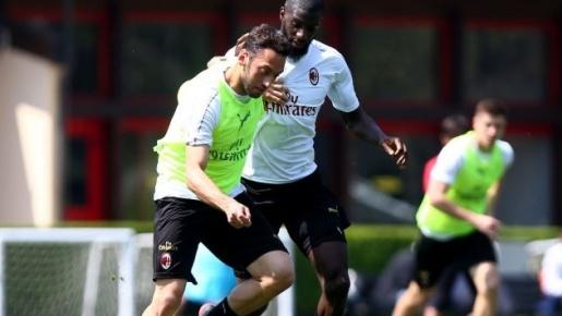 Dàn sao AC Milan tươi cười trước trận quyết đấu giành vé dự C1