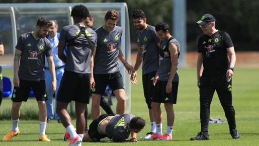 Hazard bị 'troll' sấp mặt trên sân tập
