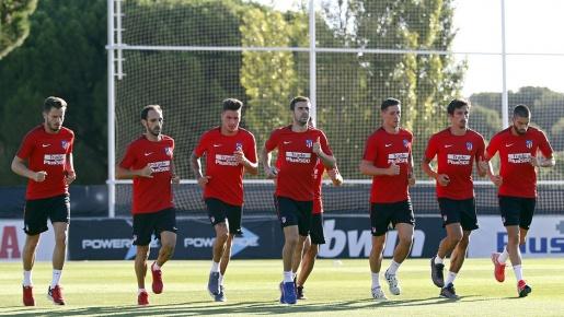 Bị cầm hòa ngày ra quân, sao Atletico lầm lì trở về sân tập