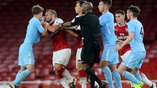 Tình huống đánh nhau của Đánh Wilshere với cầu thủ trẻ Man City