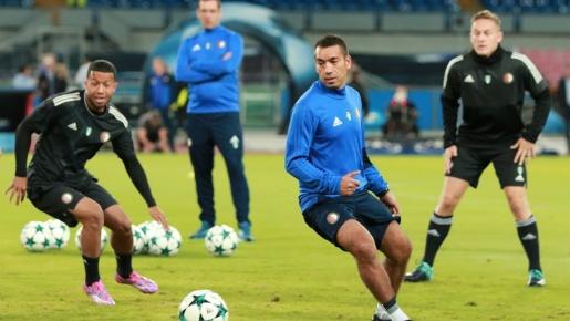Van Bronckhorst cùng Feyenoord làm quen với mặt sân của Napoli