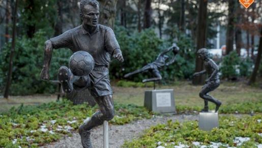 Dennis Bergkamp lần thứ hai được dựng tượng