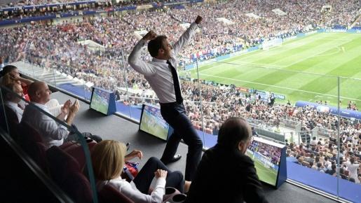 Tổng thống Pháp nhảy thẳng lên bàn ăn mừng trước mặt Putin