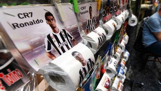 'Giấy vệ sinh... Ronaldo' đắt như tôm tươi ở Napoli