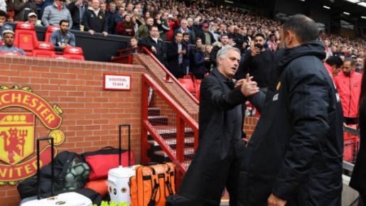 Biểu cảm khó đỡ của Mourinho khi bắt tay người đồng hương