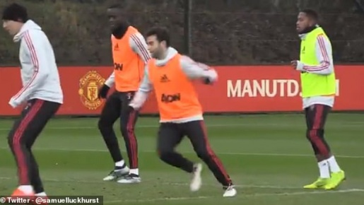 Vị khách đặc biệt gây náo loạn sân tập Man United