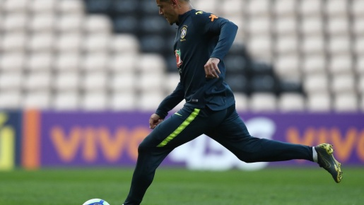 Cả gan cạnh tranh cùng Liverpool, Ederson bị Coutinho dằn mặt
