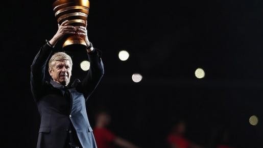 Arsene Wenger lần đầu nâng cúp sau 8 tháng rời Arsenal