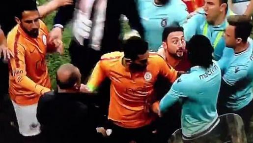 Adebayor bị xô ngã trong ngày ngậm ngùi nhìn đối thủ lên ngôi