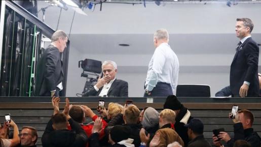 Được CĐV M.U chào đón đặc biệt, Mourinho có hành động không ngờ