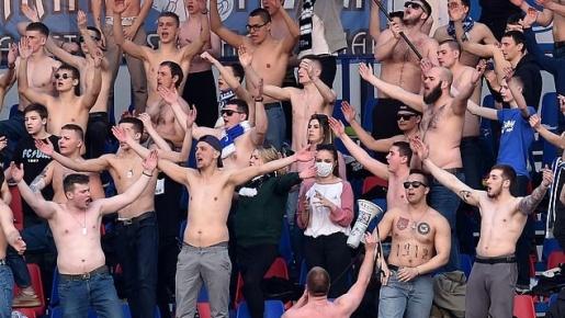 Quá điên rồ! Bóng đá vẫn diễn ra, CĐV cởi trần, nhảy múa giữa ổ dịch châu Âu