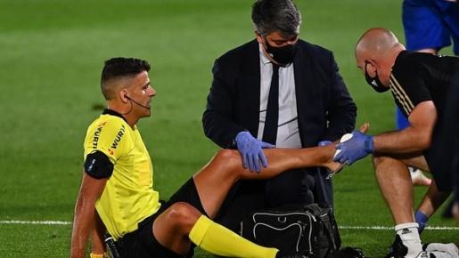 Trọng tài chấn thương, Real Madrid lại hưởng lợi từ phạt đền