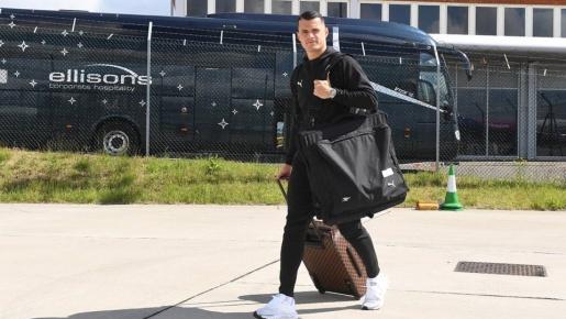 Đáp chuyến bay đến Baku, đây là biểu cảm của dàn sao Arsenal