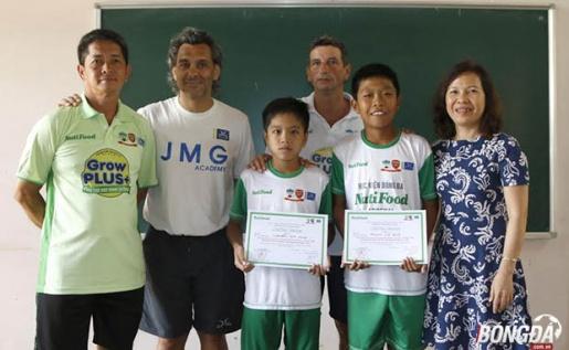 Hai học viên trúng tuyển Nguyễn Gia Huy sinh năm 2003 (Đồng Nai) và Phạm Lý Đức sinh năm 2003 (Tây Ninh) chụp hình với ban tuyển trạch tại phố núi. Ảnh: Hà Dịu.