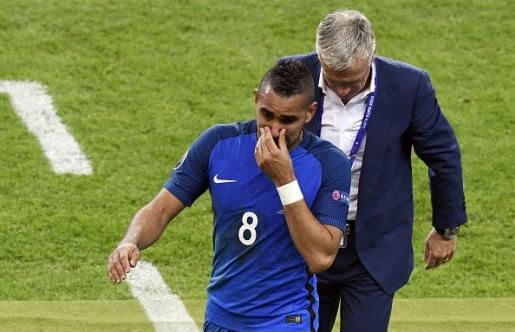 Payet đã khóc khi rời sân. Đó là cảm xúc của một sự sung sướng và hạnh phúc. Ảnh: Internet.
