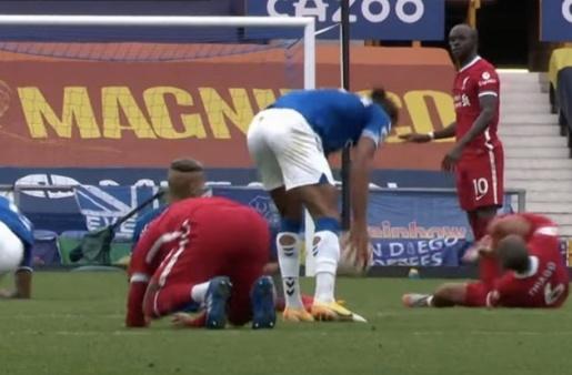 Joe Gomez's reaction to Richarlison's horror tackle on Thiago Alcantara said it all - Bóng Đá