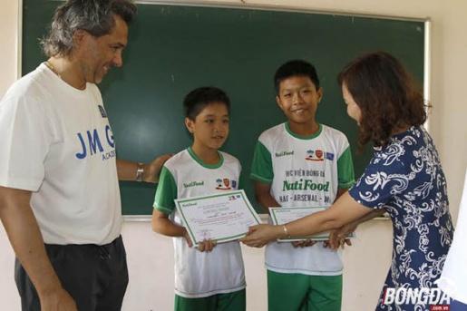 Hai học viên mới trúng tuyển học viện bóng đá Nutifood tại Gia Lai. Ảnh: Hà Dịu