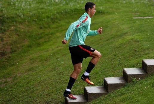 Ronaldo chạy leo dốc rèn thể lực trước bán kết EURO 2016