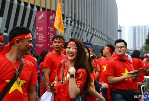 Fan nữ Việt tỏa sắc bên ngoài chảo lửa Bukit Jalil