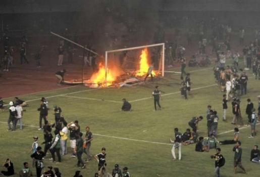 SỐC: CĐV Indonesia bạo loạn cùng cực, đập phá, đốt SVĐ