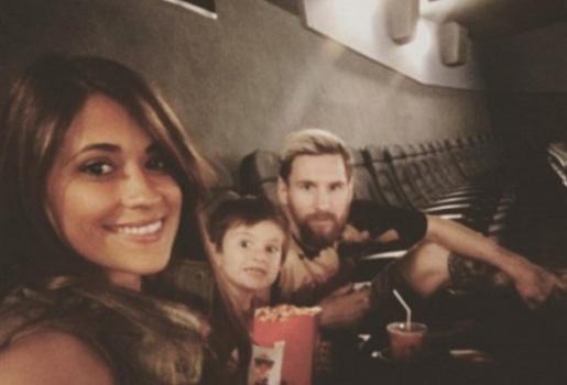 Messi 'bao rạp' dẫn vợ con đi xem phim