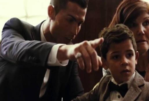 Ronaldo lệnh con trai chào chú Messi