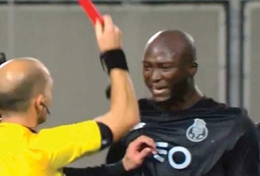Trọng tài va vào người, sao Porto nhận thẻ đỏ rời sân