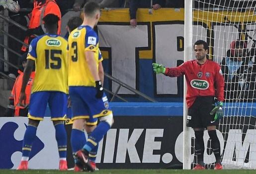 Dani Alves xỏ găng bất đắc dĩ, chỉ đạo như thủ môn 'thứ thiệt'
