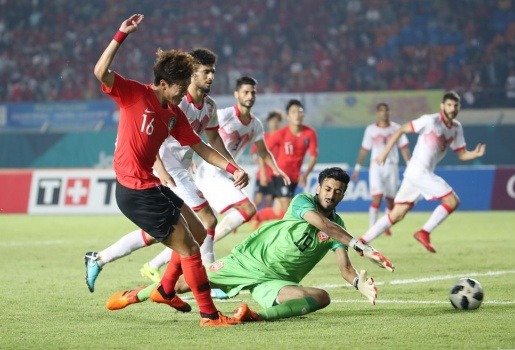 Phô diễn sức mạnh, U23 Hàn Quốc đánh tennis với Bahrain