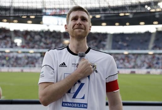 Sao Arsenal và tuyển Đức chia tay sân cỏ trong ngày Hannover đẫm nước mắt