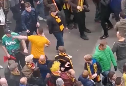 Wolves thua trận, fan điên loạn một mình đấm hàng loạt CĐV Watford