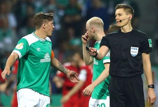 Bất bình vì trọng tài, sao Bremen còn nóng mặt khi bị đối thủ chọc tức