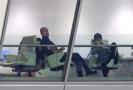 Pep Guardiola lặng người nhìn Liverpool nâng cúp