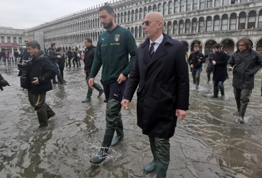 Toàn thắng tại vòng loại EURO, Italia có hành động khiến người hâm mộ ấm lòng