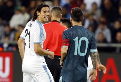 SỐC! Messi hẹn Cavani tẩn nhau trong đường hầm