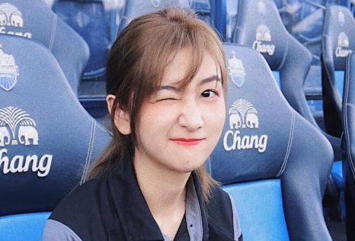 Ngẩn ngơ với vẻ thoát tục của 'thần tiên tỷ tỷ' dẫn đoàn U23 Việt Nam