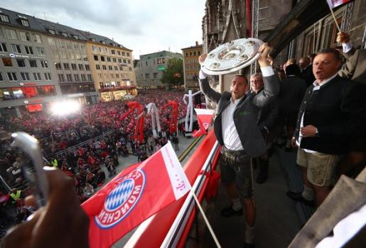 Chùm ảnh: Bayern ăn mừng ngôi vô địch hoành tráng cùng CĐV nhà