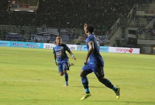 Mất 4 phút, Essien ghi bàn đầu tiên ở Indonesia