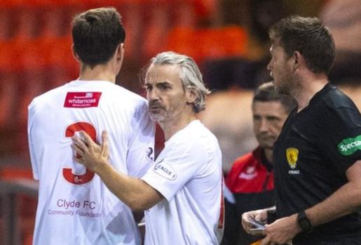 HLV 50 tuổi vào sân thay người, giúp đội nhà giành chiến thắng