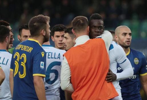 Balotelli phá bóng, bỏ ngang trận đấu vì bị phân biệt chủng tộc
