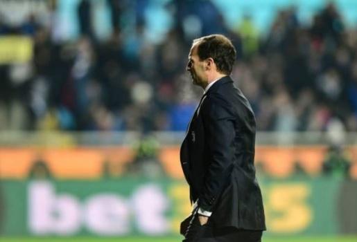 Bị đuổi lên khán đài, HLV Juventus phản ứng đầy bất ngờ