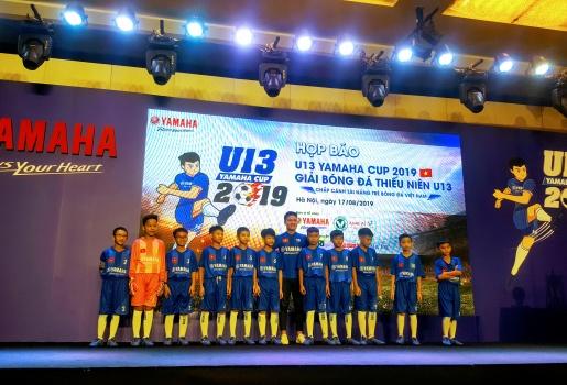 Quang Hải tiếp lửa cho các cầu thủ nhí U13