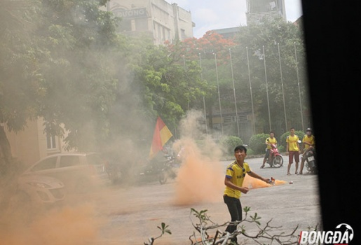Khán giả Nam Định đốt pháo sáng, uy hiếp tinh thần đội khách TP.HCM